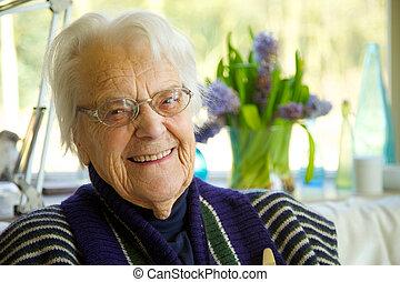 äldre kvinna, betrakta kamera, och, le
