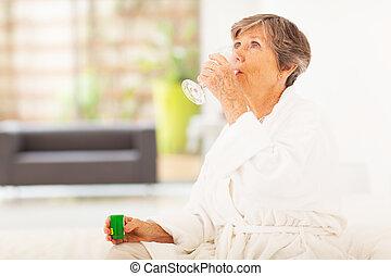 äldre kvinna, drickande, medicin