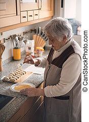 äldre kvinna, förberedande, croquettes