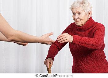 äldre kvinna, försökande, till promenera
