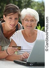 äldre kvinna, gör, inköp, på, internet