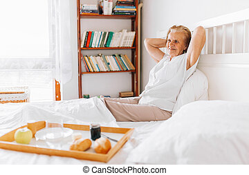 äldre kvinna, ha, frukost in blomsterbädd