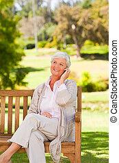 äldre kvinna, i parken