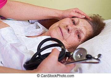 äldre kvinna, in blomsterbädd