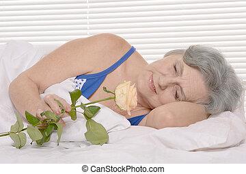 äldre kvinna, in blomsterbädd, med, ro