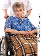 äldre kvinna, in, rullstol