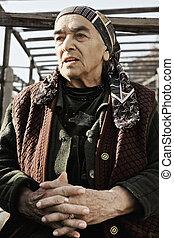äldre kvinna, in, trädgård