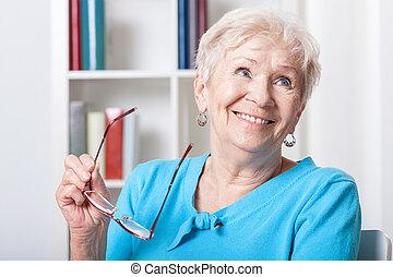 äldre kvinna, le