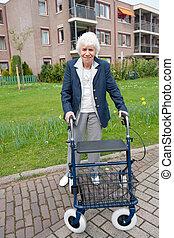 äldre kvinna, med, fotgängare