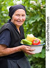 äldre kvinna, med, grönsaken