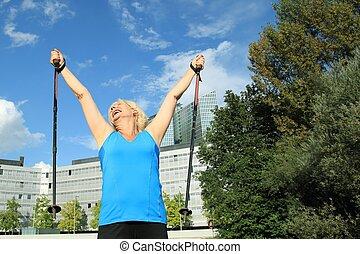 äldre kvinna, med, nordisk, vandrande, stänger, högt upp