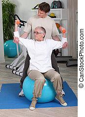äldre kvinna, med, personlig tränare