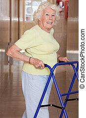 äldre kvinna, med, zimmerframe