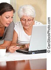 äldre kvinna, och, ung kvinna, inköp, på, internet
