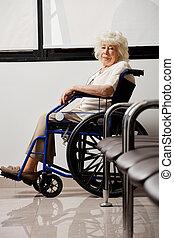 äldre kvinna, på, rullstol