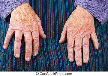äldre kvinna, räcker