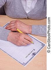 äldre kvinna, skrift, testamente