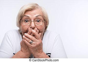 äldre kvinna, sluta, henne, mun, örn, och, ögon, med, räcker