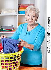 äldre kvinna, sortering, tvättstuga