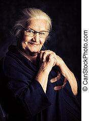 äldre kvinna, stående