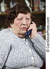 äldre kvinna, talande, hos, ringa