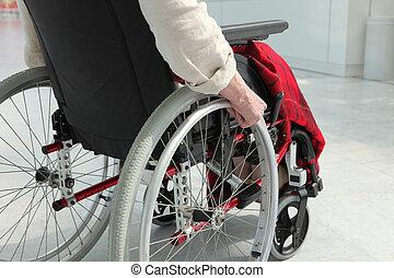 äldre människa, in, rullstol