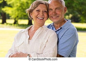 äldre medborgare, par, skratta, utomhus