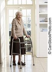 äldre, senior woman, användande, gående inrama