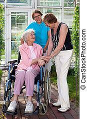 äldre, tålmodig, på, hjul stol, med, två, caregivers