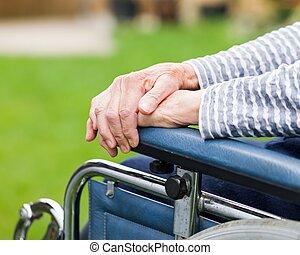 äldre, womans, räcker
