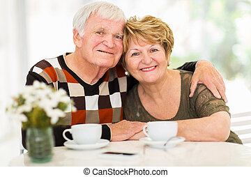 älskande, äldre koppla, avslappa hemma