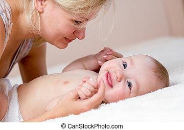 älskande, mor spela, med, henne, baby pojke