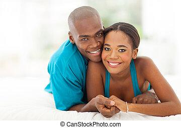 älskande, ung, afrikansk, par, lägga på blomsterbädd