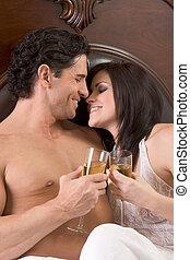 älskande, ung, sensuell, par, med, champagne, in blomsterbädd