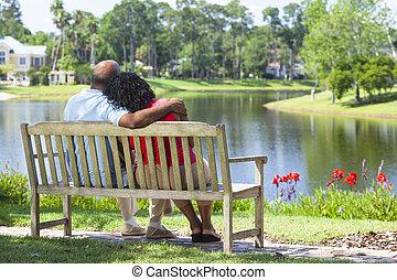 älter, afrikanische amerikanische paare, sitzen, auf, parkbank
