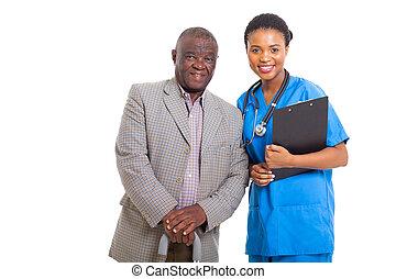 älter, afrikanischer amerikanischer mann, mit, medizin, krankenschwester