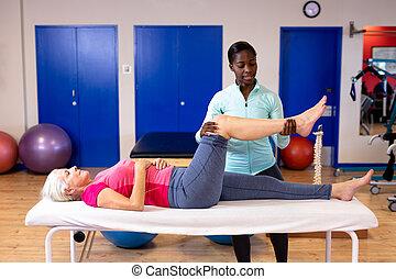 älter, aktive, zentrieren, bein, geben, massage, frau, sport, physiotherapeut