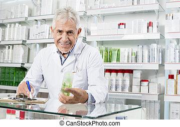 älter, apotheker, besitz, produkt, während, schreibende, auf, klemmbrett