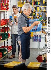 älter, arbeiter, besitz, werkzeug, korb, in, kaufmannsladen