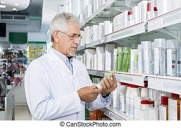 älter, chemiker, besitz, produkt, in, apotheke