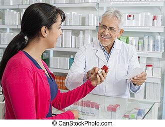 älter, chemiker, und, frau, mit, verordnung, in, apotheke