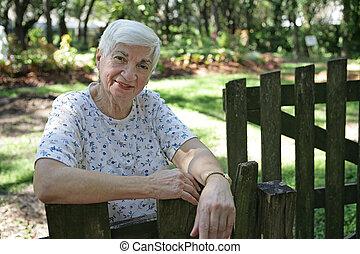älter, dame, in, kleingarten