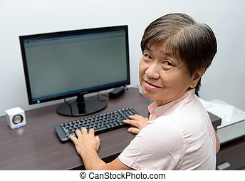 älter, dame, mit, desktop-computer