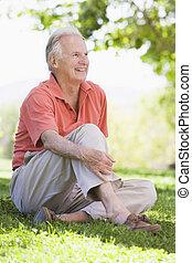 älter, draußen, mann sitzen