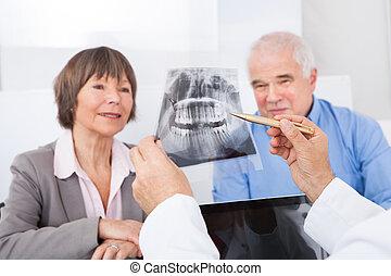 älter, erklären, paar, zahnarzt, röntgenaufnahme