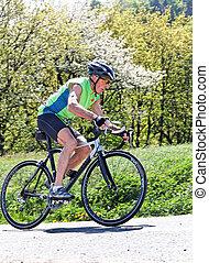 älter, fahren fahrrads, auf, a, straße fahrrad