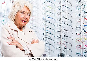 älter, frau, in, optiker, kaufmannsladen