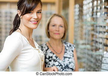 Älter, frau, optiker, kaufmannsladen,  salesgirl