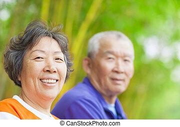 älter, frohes ehepaar, asiatisch