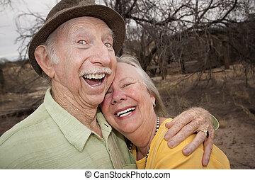 älter, frohes ehepaar, draußen